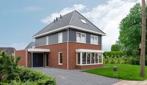Keralit gevelbekleding en dakranden op een moderne woning