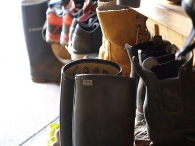 laarzen en schoenen van mensen op dagbesteding