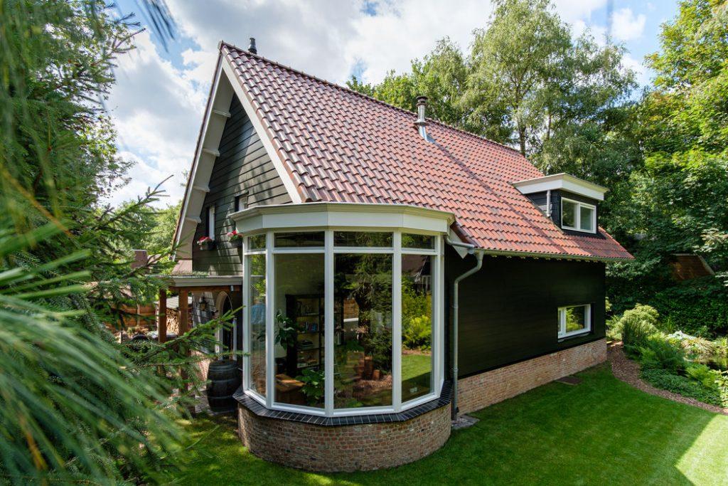 buitenkant zelfgebouwd huis met Keralit-panelen