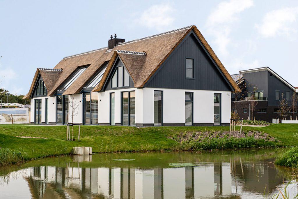 Opgeleverde villa met rieten dak en gevelbekleding van Keralit