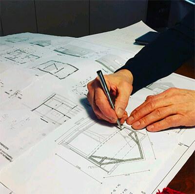 Aannemer tekent bouwplan voor zelfbouwproject